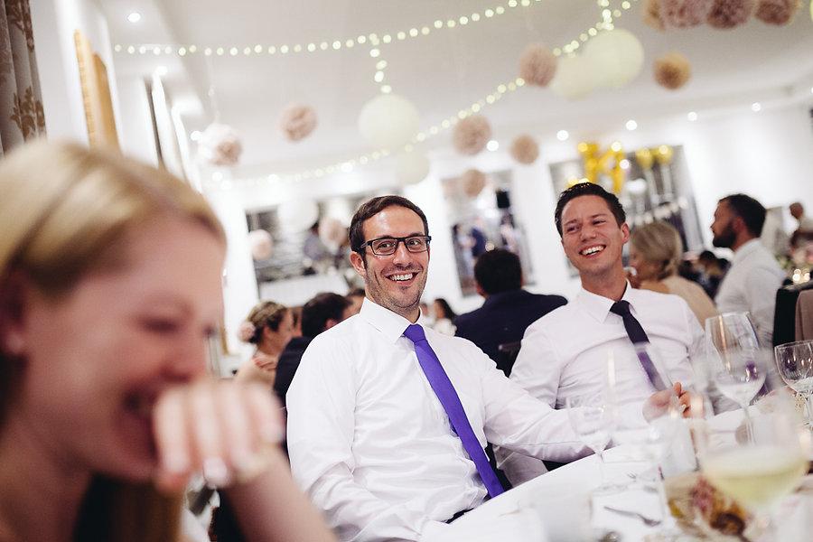Hochzeitsgäste auf der Hochzeit amüsiern sich