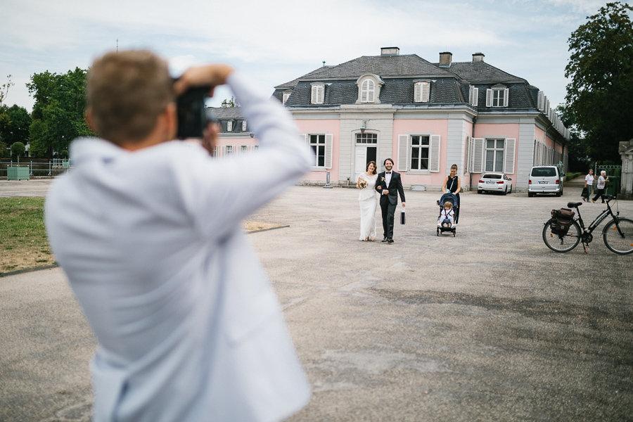 Hochzeitspaar kommt zum Schloss