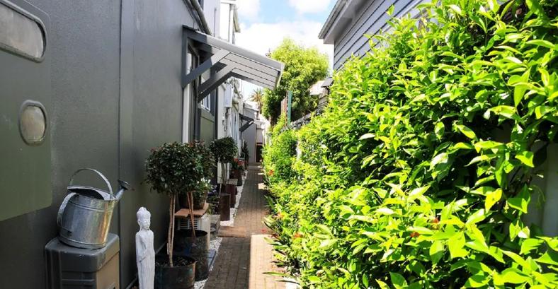 Duckinn way- access to apartment at rear