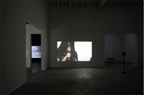 Vista de la obra de Itziar Okariz en el interior del Pabellón