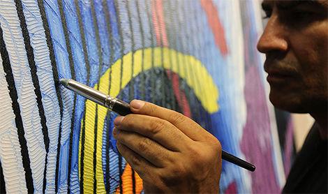 El artista trabajando
