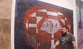 El artista junto a su obra