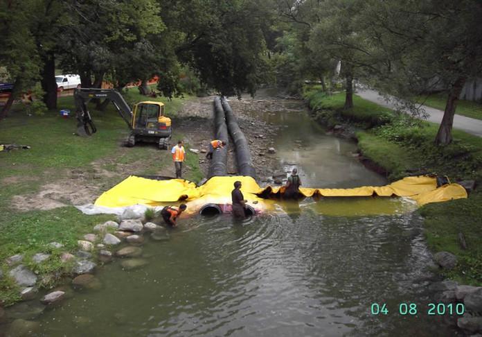 Ataguía con tuberías debajo de Water-Gate