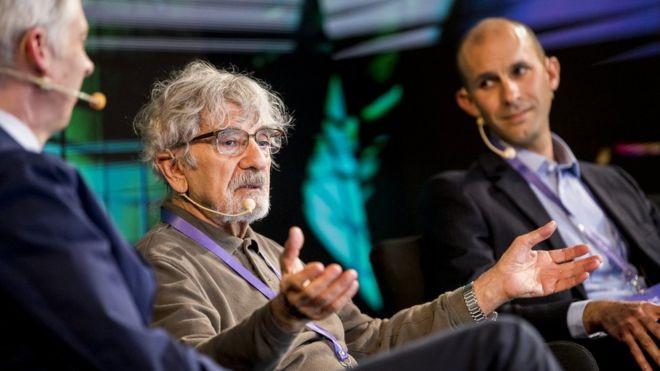 """NOBEL MEDIA / ALEXANDER MAHMOUD Image caption El biólogo chileno Humberto Maturana junto al neurocientífico británico Anil Seth (al fondo) en la conferencia """"Nobel Prize Dialogue"""" en Chile. Fuente: https://www.bbc.com/mundo/noticias-46959865?fbclid=IwAR1AcP4fysxx9hSdPNZfeVu_AAEhoImxtJkE6o2e9oLyJzSMCtfQ2jghHY0"""