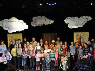 Поход семей, воспитывающих детей с ограниченными возможностями здоровья, в Молодежный театр им. Муст