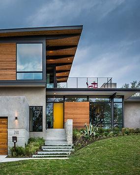 Casa sustentável construída com estrutura metálica de aço, linhas contemporâneas e elementos em madeira certificada.