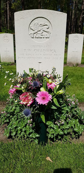 Bloemen op een geadopteerd graf