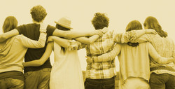 Varias-personas-jovenes-de-espaldas-agarrandose-en-sus-hombros