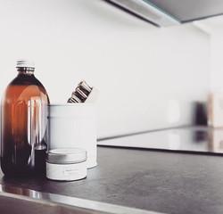 Yksinkertainen on kaunista keittiön stailauksessa.