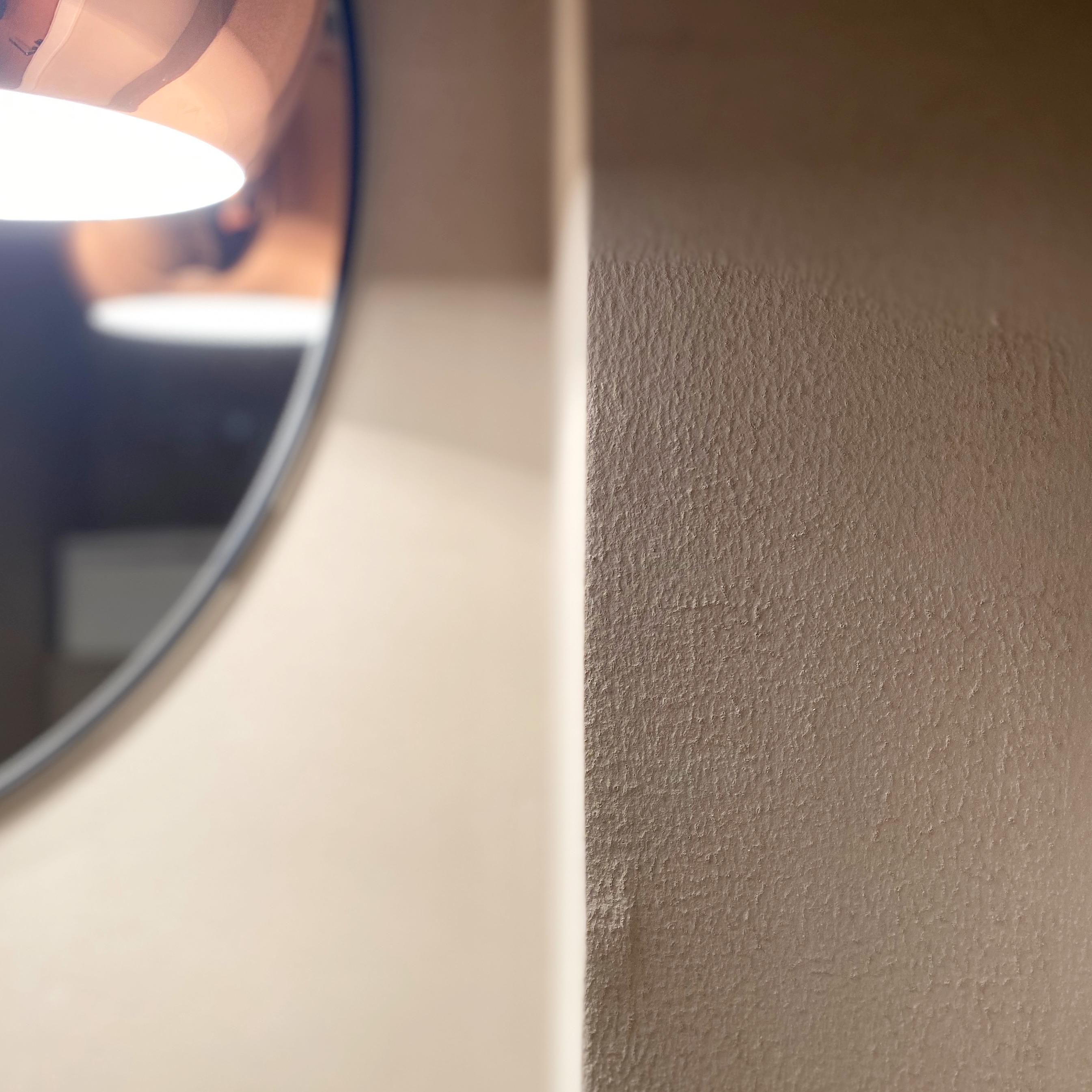 Vessan sisustus jossa seinämaalina käytettiin kalkkimaalia luomaan pehmeää tunnelmaa.
