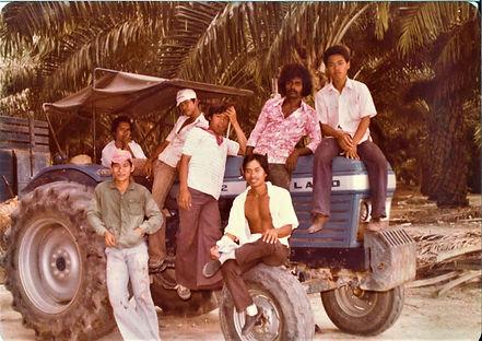 19810210-中学毕业赴台深造之前-在油棕园工作-和各族群相处.jpg