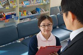 ウジエ調剤薬局では来局されたお客様から症状をしっかりと伺い、処方します。