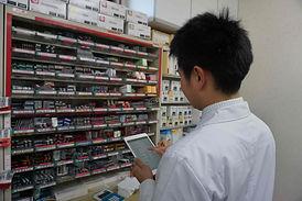 ウジエ調剤薬局ではタブレット端末で即座に医薬品を手配します。