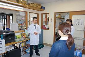 ウジエ調剤薬局では毎朝業務確認の打ち合わせを行います。