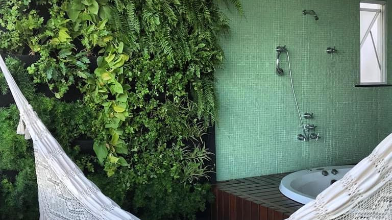 Jardim Vertical na varanda Spa em projeto da Arquiteta Bruna Oliveira