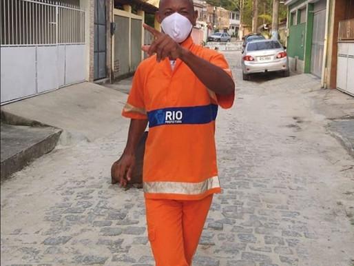 O Gari de alma carioca, dança e encanta com sua Vassoura no centro do Rio de Janeiro e viraliza