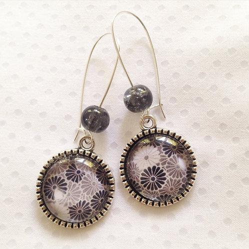 Boucles d'oreilles argentées pendantes fleur grise