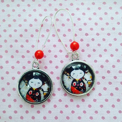 Boucles d'oreilles argentées pendantes kokeshi