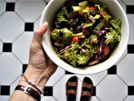 Kale Salad Bowl mit Hummus-Dressing