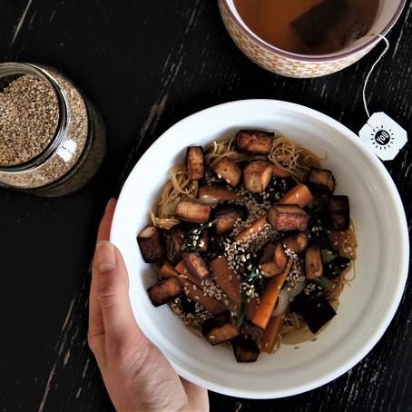 Reisnudeln mit Tofu & Erdnusssauce/ Rice noodles with tofu & peanut sauce