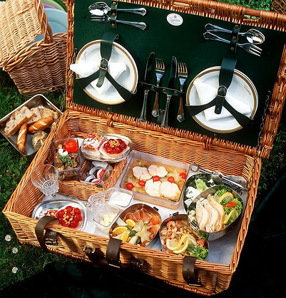 00242157-Picnic-hamper-with-various-dish