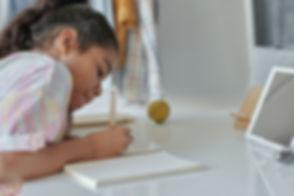 Foto_niña_estudiando.jpg