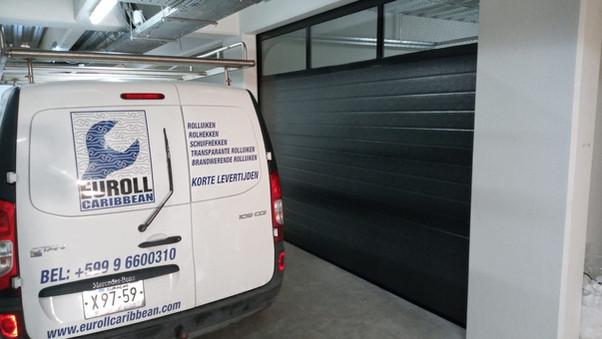Garagedeur zwart met rooster.jpeg