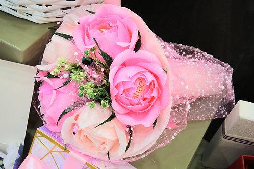 """Подарочный букет из 5 роз с конфетами """"Ferrero"""". Розово-персиковый."""