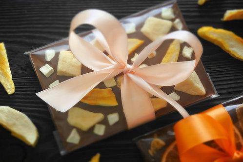 Плитка из бельгийского молочного шоколада с кусочками и слайсами манго. 100 г