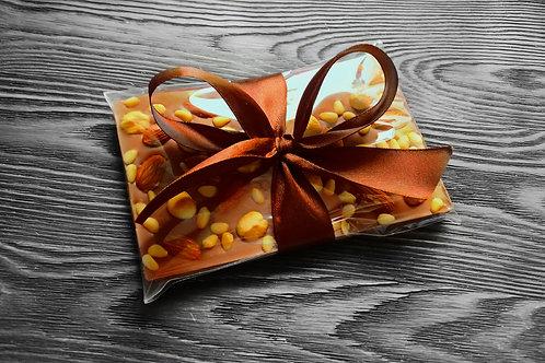 Плитка из молочного бельгийского шоколада с орехами