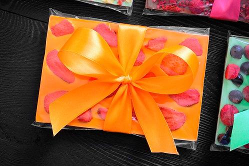 Апельсиновый  бельгийский шоколада с клубникой. 110 г