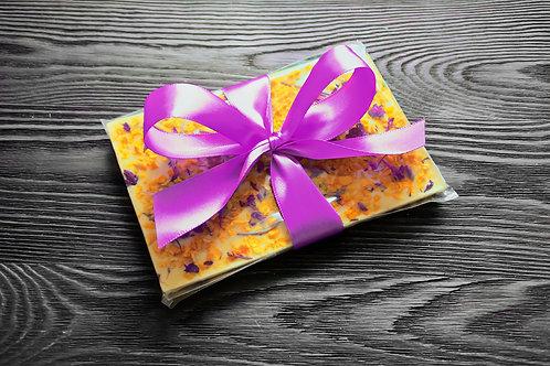 Плитка из белого бельгийского шоколада с манго и цветами иван чая