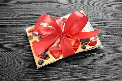 Плитка из белого бельгийского шоколада с ежевикой, клубникой,черной смородиной