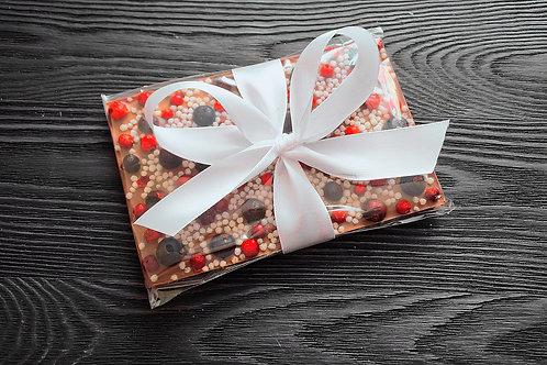 Плитка из молочного бельгийского шоколада с ягодами брусники, черной смородины и
