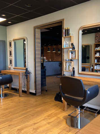 Fauteuils de l'espace coiffure au salon Naturel Coiffure