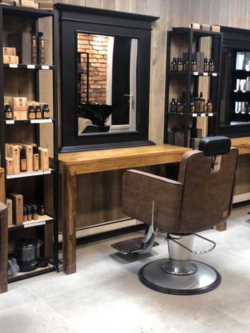 Fauteuils de l'espace barbier au salon Naturel Coiffure