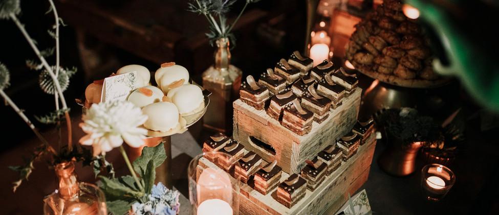 Fa ládák, bogáncs, és virágok mellett a gyertya is a szabadtéri sütisziget része lett!