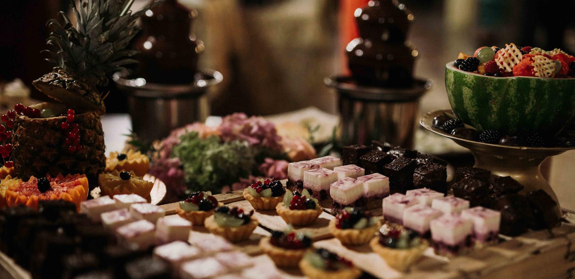 Csokiszökúkút és sütemények az esküvő egyik fénypontja