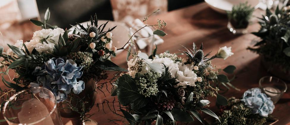 Kék hortenzia dekoráció és fehér virágok, pozsgások
