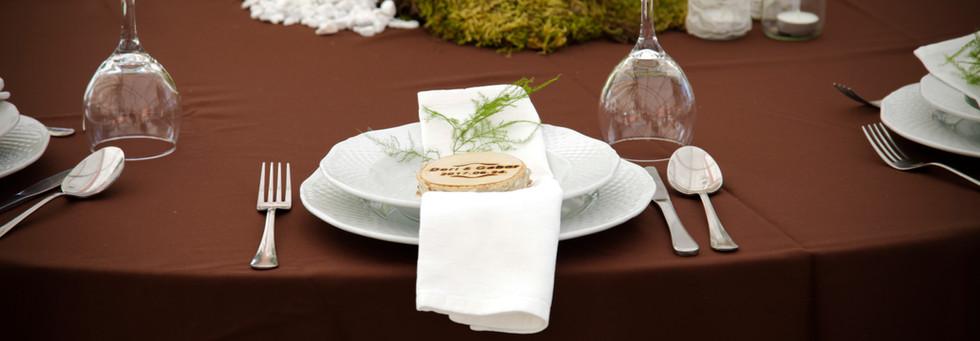 Csokibarna terítő az esküvői asztalokon