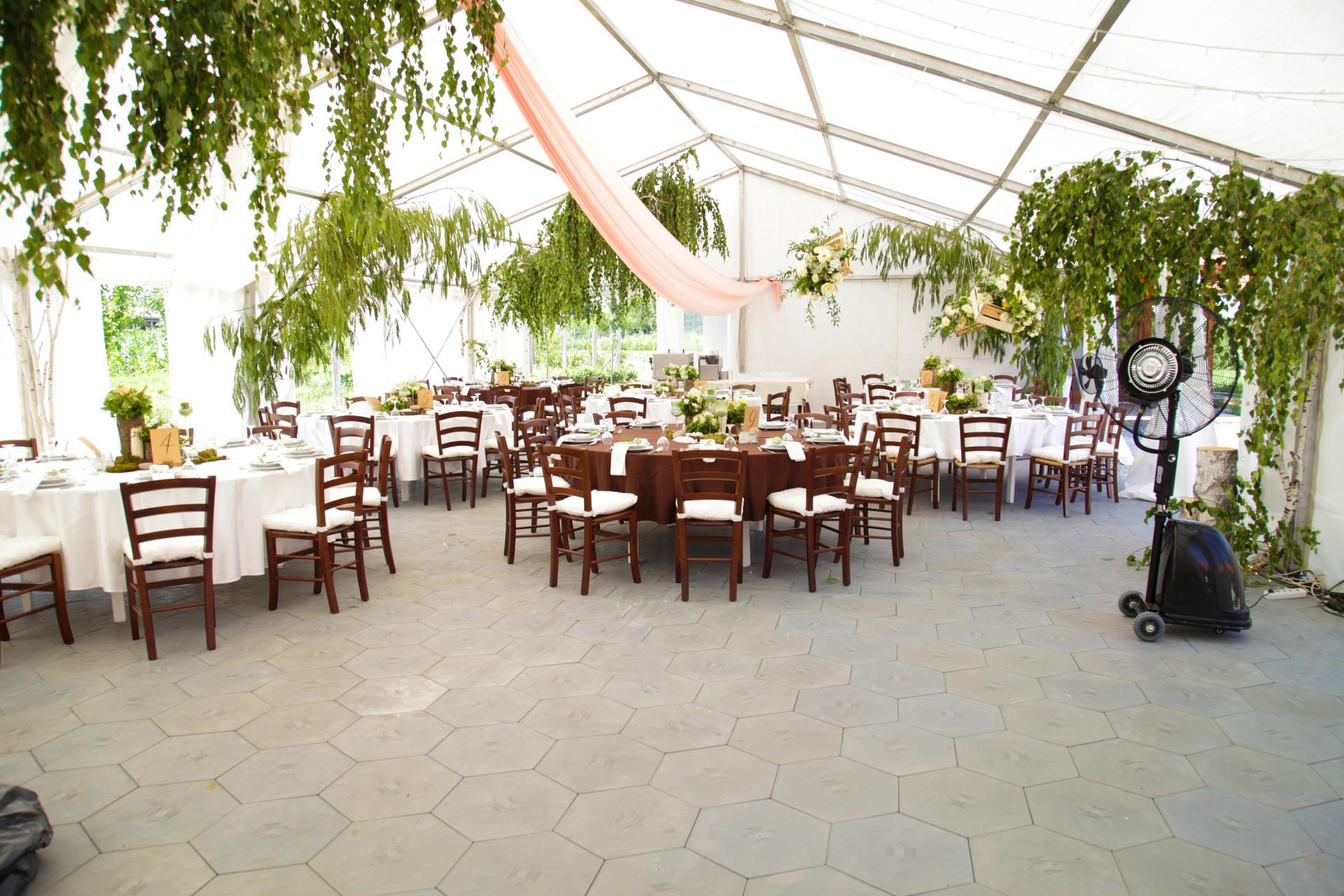 Öszkép az esküvői sátorról natur hangulatban