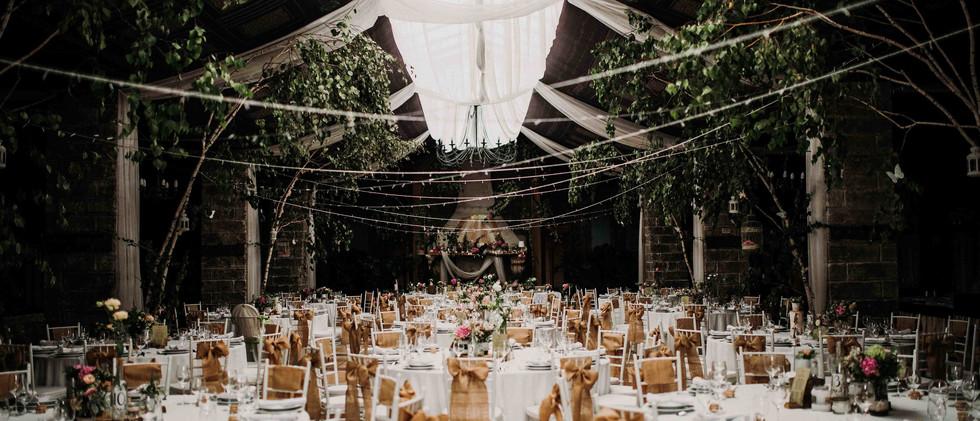 A terem még érintetlenűl az esküvői dekoráció pompájában