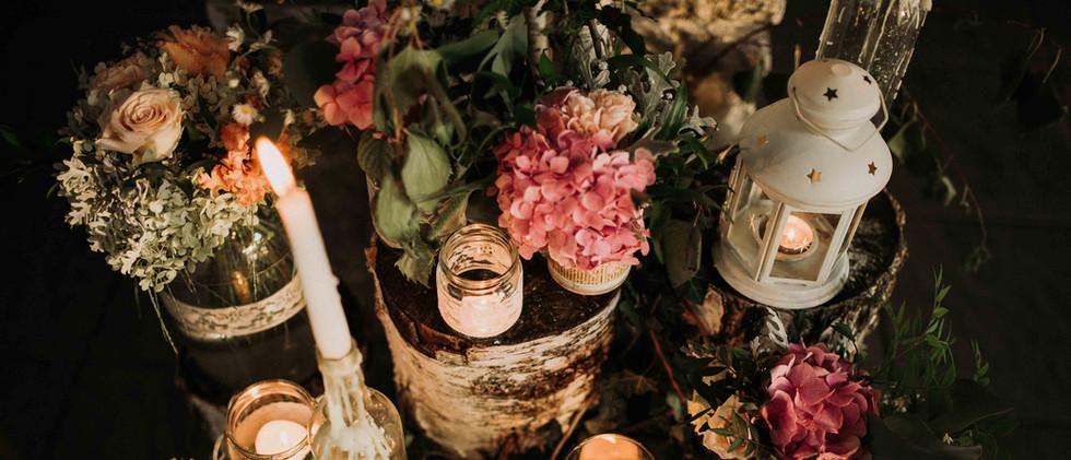 Nyírfa rönkök hangulat sarok virágdekoráció