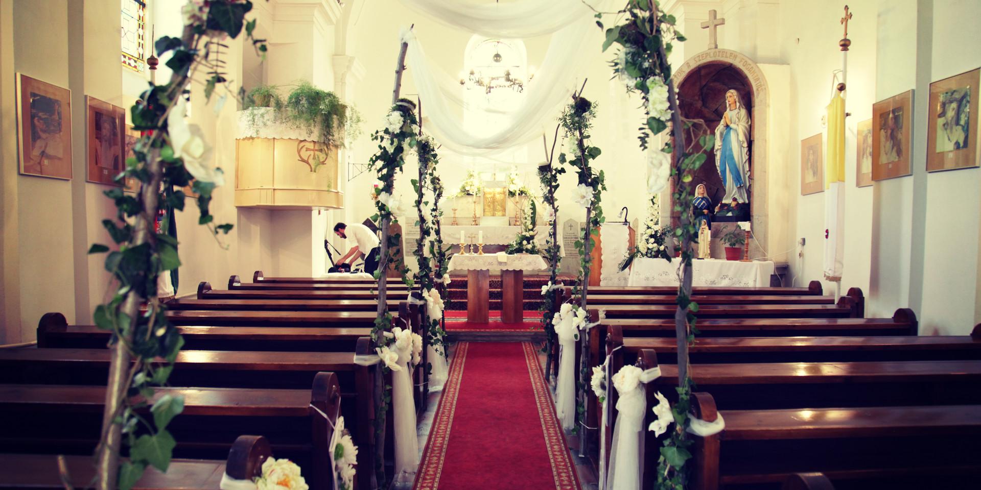 A templom sem kaphatott más stílust, a fehér virágok mellett a mogyofóra ágak domináltak!