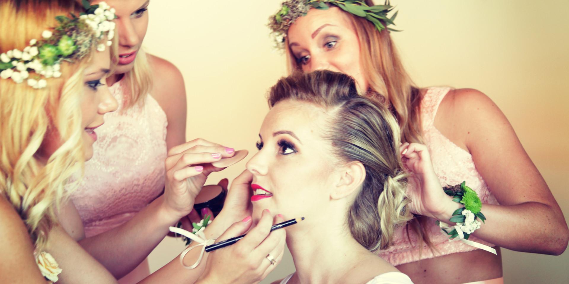 Esküvői készülődés, egy kis smink javítás, és jöhet a ruha