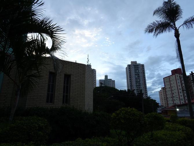 Anoitecer no jardim da igreja