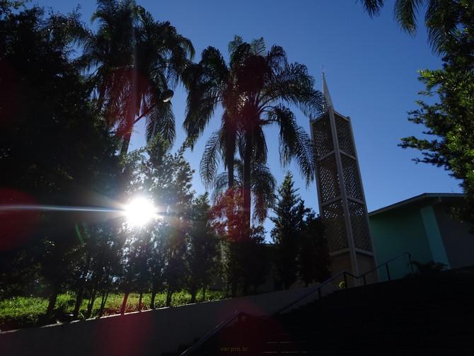 Fim de tarde no jardim da igreja