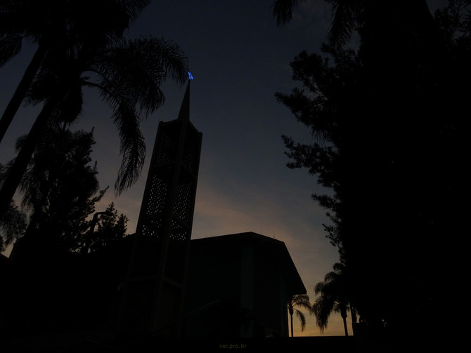 Crepusculo de inverno no jardim da igreja