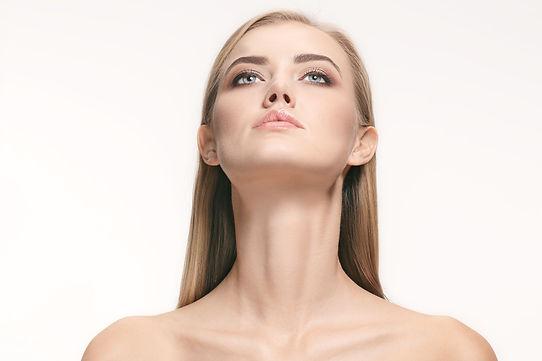 Szyja młodej kobiety z nadmiernym napięciem mięśni przed mezoterapia z tropokolagenem