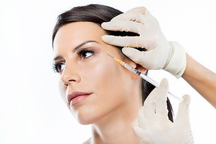 Twarz młodej kobiety z profilu podczas zabiegu mezoterapii tropokolagnem GUNA